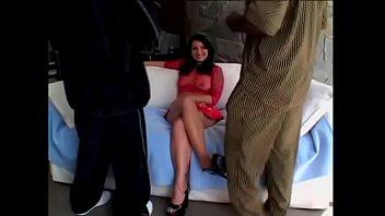 Весьма серьёзная девушка онанирует ножками фаллос и нежно мнёт яйца руками