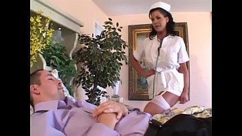 Молодая супруга на камеру на цыпочках трахает себя дилдо в писю и упругую жопу