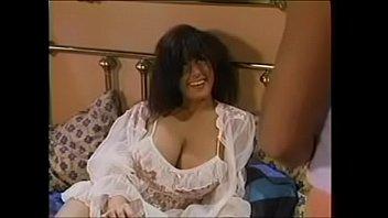 Лесбиянка потрогала за дырочку обнаженную курву и по сосала ее половую щелочку на диванчике