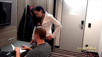 Сексуальная мамаша в колготках резвиться киской на хую заядлого фетишиста