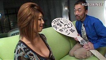 Татуированный очкарик с приятелем трахнули двух баб на диване