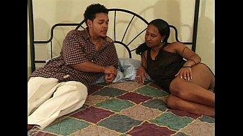 Две лесбиянки с сочными задницами залезли в ванную и онанировали спутник друга с поцелуями