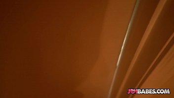Белокурая шлюха обожает пользоваться длинным самотыком во времячко попки с кавалером