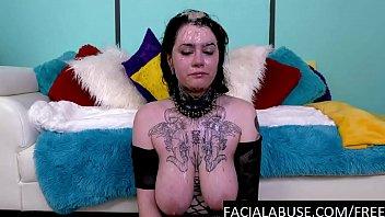 Мамаша натирает тело телочки, смазывает ее маслом и дрочит киску