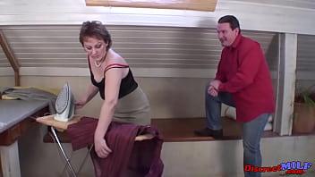 Анальные лезбиянки озорства с латексным членом