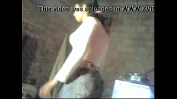 Секретутка развела ножки перед камерой на хорошем месте и трахнула шмоньку самотыком