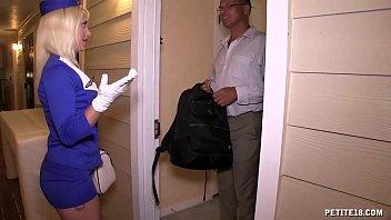 Страстная пара привела в дом поебаться девчушку с красивенькой буфером