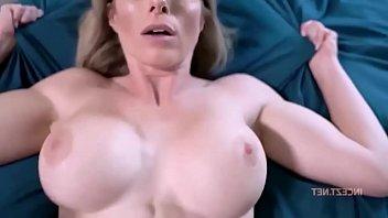 Исподнее одежду и чулочки не помеха сисятой женщине во время мастурбации