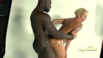 Кармен де люз показывает огромную попочку и отдается мужчине в позе раком