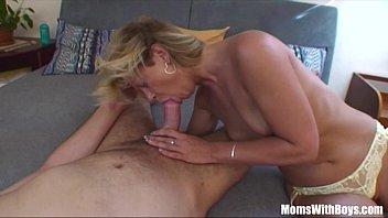 Ебарь поочереди пердолит телку и ее мамуля