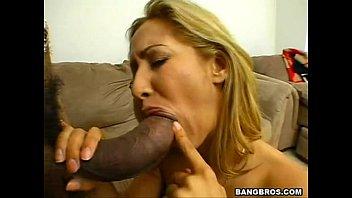 Молодая супруга приводит шлюха для жесткого группового внутрисемейного порева