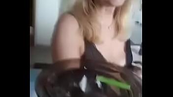Брюнетка показала свою заросшую лобковыми волосами шмоньку и вздрочнула ее