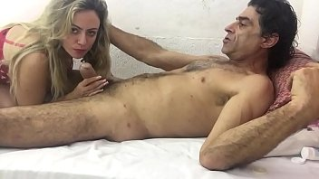 Сучка с крупными грудями публично обнажается