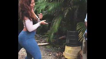 Черная девушка прыгает на резиновом члене