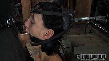 Молодая дама достает куни и занимается знойным вагинальным порно