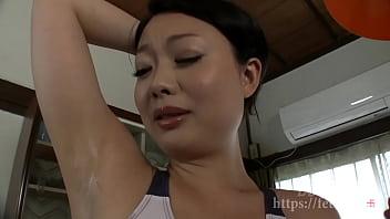 Девушка в коричневом пеньюаре сосет другу и дрочит его яйца