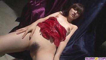 Красивая телка мастурбирует на диване